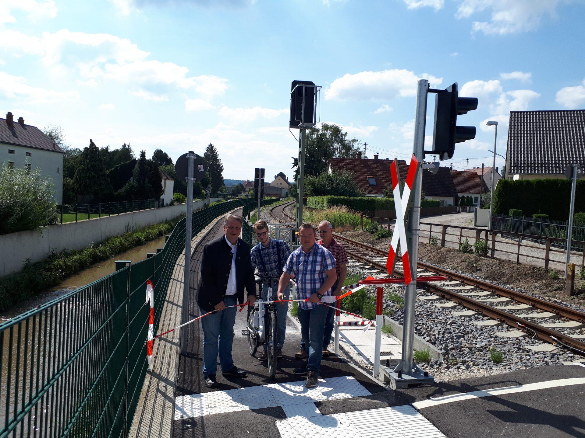 Bürgermeister Jens Machold und Richard Eibel eröffnen den Radweg an der Schleifmühlstraße