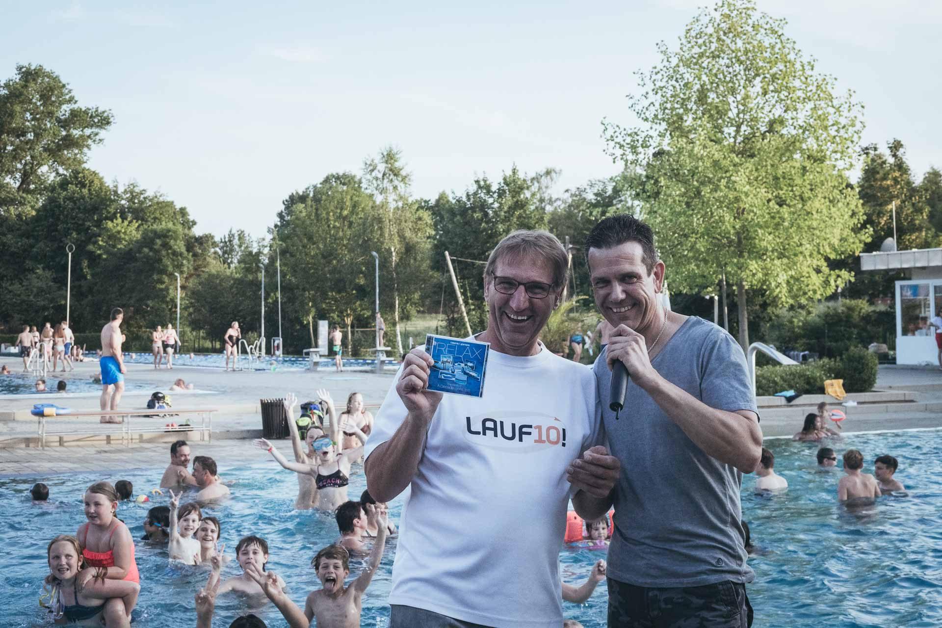 Schwimmbadchef Hans Widmann und DJ Roland