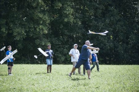 Schüler lassen Modellflugzeuge fliegen