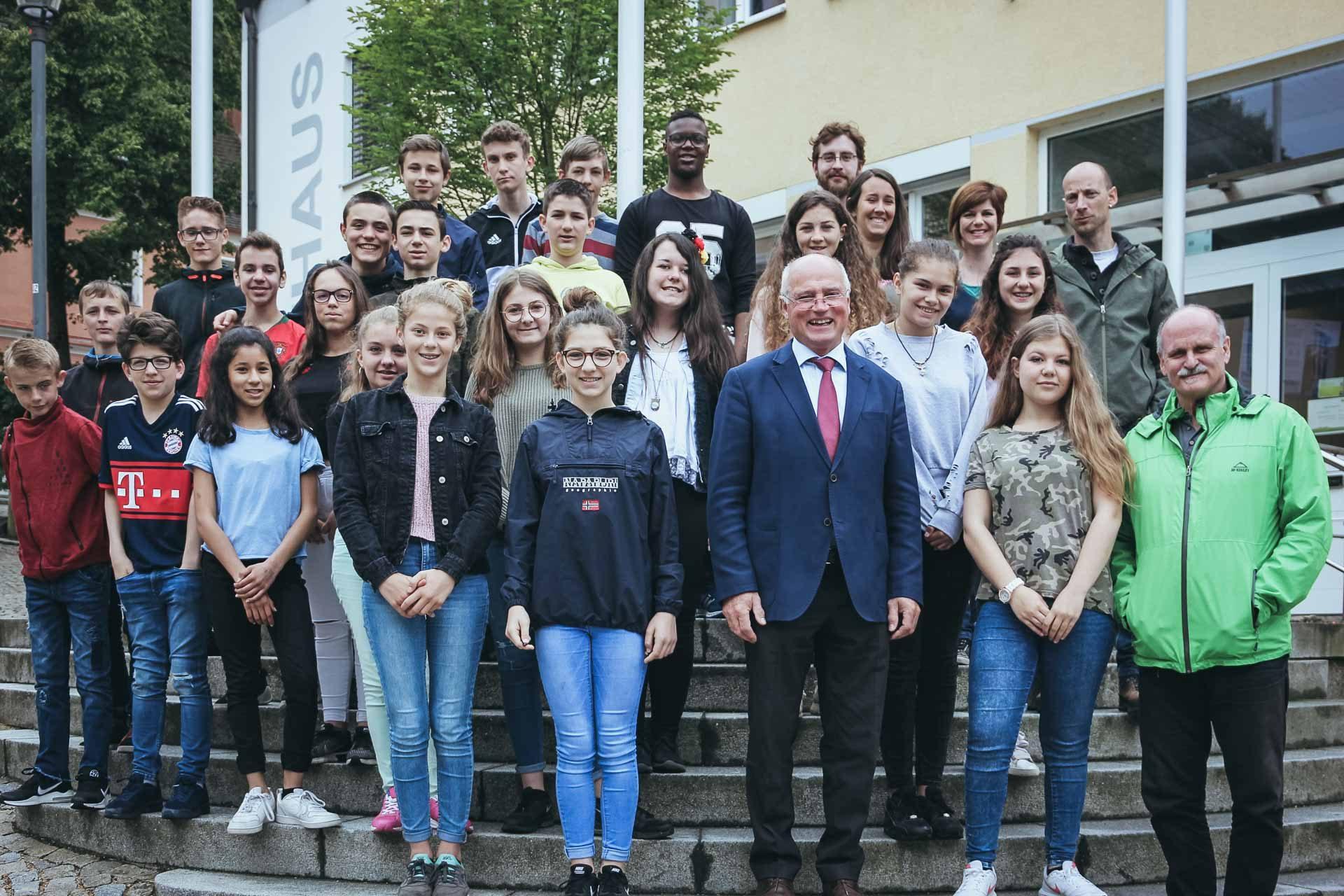 Bürgermeister Josef Reier empfägt die französischen Gastschüler im Mainburger Rathaus