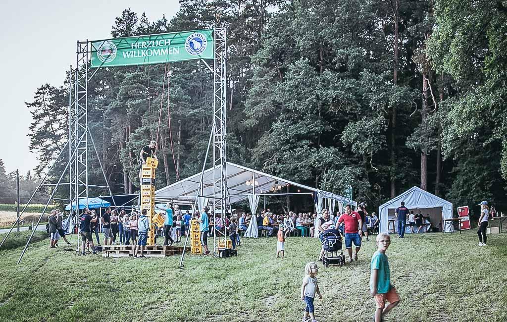 Wie viele Bierkisten können gestapelt werden? Diese Frage stand im Zentrum des Waldfestes der Pischelsdorfer Wehr. Am Ende lag die Höchstmarke der jugendlichen Kraxler bei 25 Kisten.